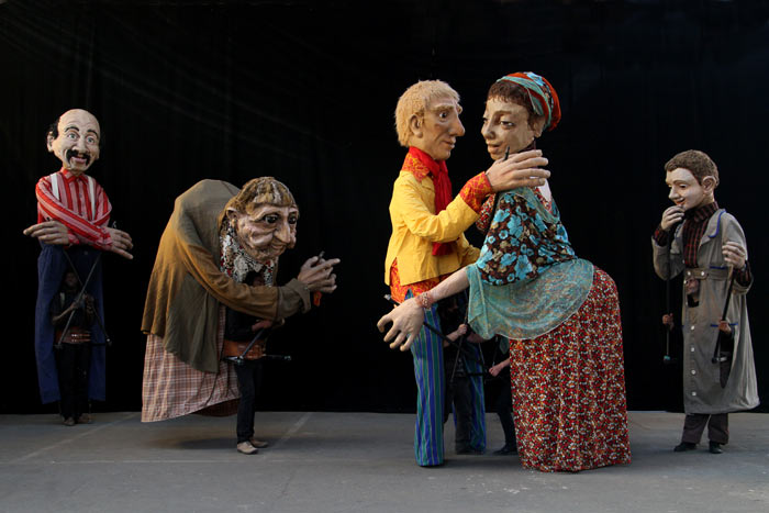 Marionnettes géantes - Giant puppets - Famille Long - Photo : Achromatik - JPEG - 60 kb - 700×467 px